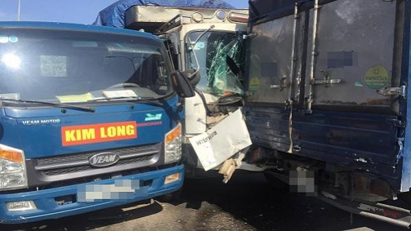 Va chạm liên hoàn 6 phương tiện trên quốc lộ, hàng chục du khách Hàn Quốc kêu cứu trong chiếc xe bốc cháy