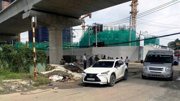 Người dân nâng ô tô, giải cứu người phụ nữ kẹt dưới gầm