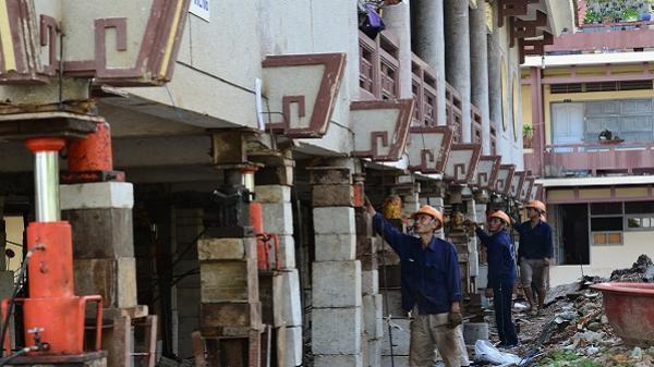 Tận mắt xem 'thần đèn' nâng cao 3 mét giảng đường ngôi chùa 2.000 tấn ở Sài Gòn