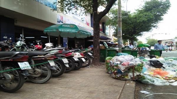 TP. HCM: Bãi xe, rác thải thi nhau làm xấu xí vỉa hè