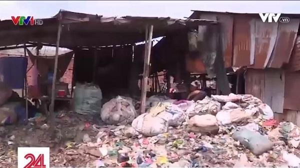"""Phát hiệncơ sở chế biến nhựa """"3 không"""" xả khí thải, nước đen ngòm tại huyện Bình Chánh"""