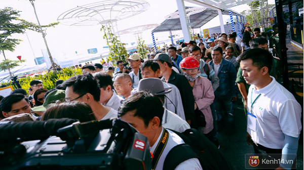 Hàng trăm người dân háo hức xếp hàng trật tự lên tuyến buýt đầu tiên ở Sài Gòn du ngoạn