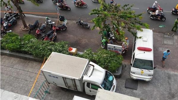 TP.HCM: Tài xế xe ôm kể lại cuộc cãi vã của 2 cô gái trước khi đi thang máy lên tầng 20 và rơi xuống đất
