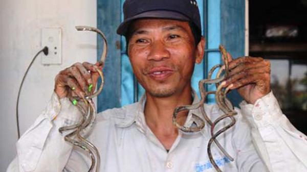 """Vợ """"dị nhân"""" móng tay dài nhất Việt Nam: Mỗi lần thay quần áo mất 15', có khi phải mặc cho chồng từ tối hôm trước để sáng khỏi vội vàng"""