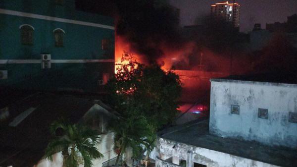 TP.HCM: Khói lửa bao trùm bầu trời quận 11 trong đêm, gần 100 cán bộ chiến sĩ tham gia chữa cháy