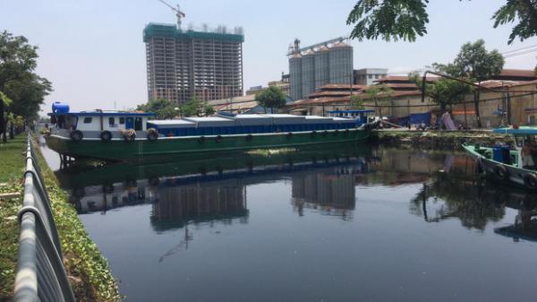 TP.HCM: Sà lan mắc kẹt, chắn ngang dòng kênh Tàu Hủ khiến tàu thuyền không thể di chuyển