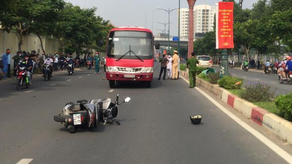TP.HCM: Nâng xe buýt, đưa thi thể người đàn ông mắc kẹt dưới gầm ra ngoài