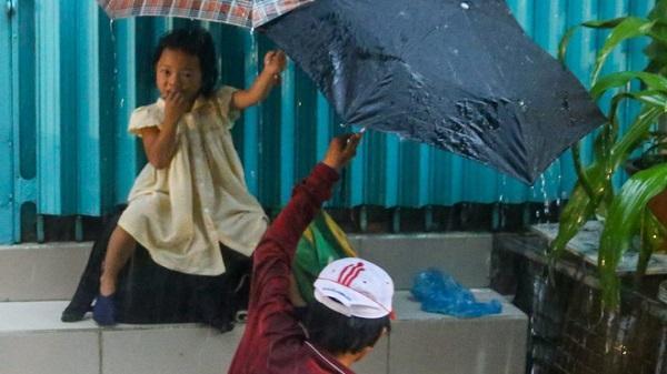 Mưa, chiếc ô rách và những câu chuyện khiến lòng người thổn thức
