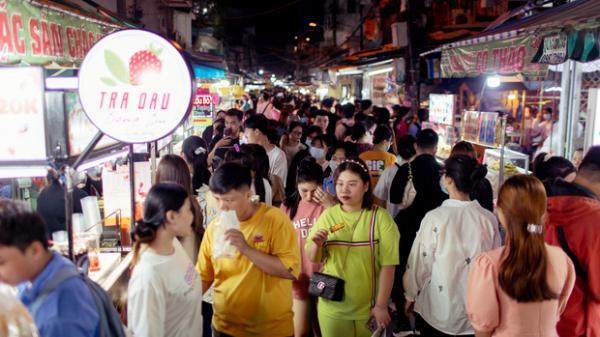 """Khu chợ ẩm thực """"đã vào là không có đường ra"""" ở Sài Gòn: Phần vì đồ ăn ngon, phần vì… đông muốn """"ná thở""""!"""