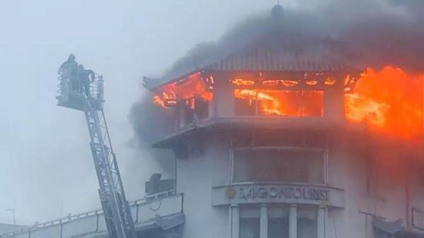 Khách sạn ở TPHCM bị sét đánh cháy ngùn ngụt trong cơn mưa