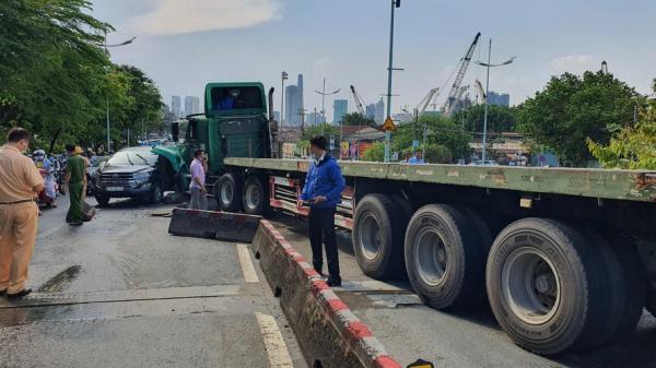 Xe container đổ dốc tông bẹp ô tô, trung tâm TPHCM ùn tắc kinh hoàng