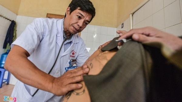 Người đàn ông nhiễm HIV sau một lần xăm hình