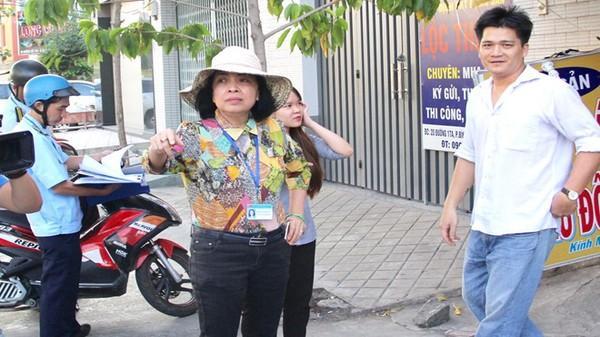 Nữ chủ tịch phường đóng phạt hộ người bán hàng rong chiếm vỉa hè