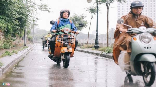 Chàng trai đi xe máy từ Italy đến Việt Nam trong 10 tháng