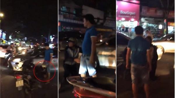 Lỡ va chạm với ô tô trên phố Sài Gòn, nam thanh niên phải quỳ gối đủ 3 lần để xin tha?