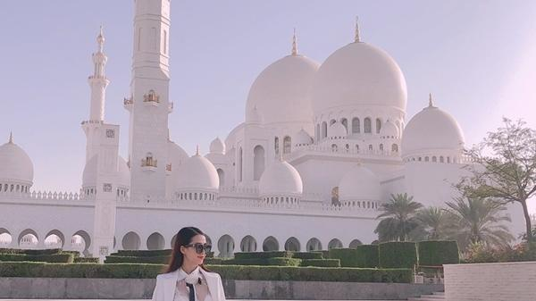 Người đẹp miền Tây tận hưởng thú vui xa xỉ ở Trung Đông: Ăn bánh dát vàng, dạo trực thăng giá bạc triệu