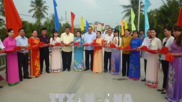 Bí thư Thành ủy Tp Hồ Chí Minh Nguyễn Thiện Nhân tặng quà hộ nghèo ở Trà Vinh