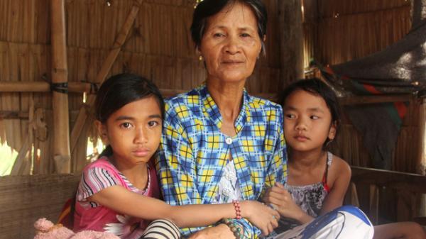 Trà Vinh: 3 bé gái bị bố mẹ bỏ rơi không có tiền đi học, bán vé số kiếm sống qua ngày đã nhận được tiền giúp đỡ