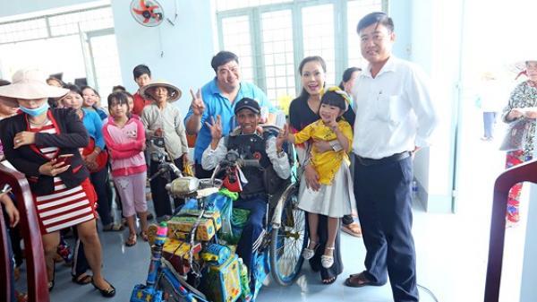 Việt Hương không nhận show, đi trao quà tết sớm ở Trà Vinh và Vĩnh Long