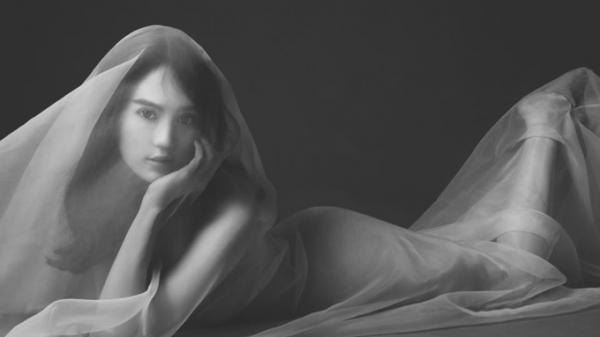 Người đẹp Trà Vinh Ngọc Trinh bất ngờ tung ảnh nude đầu năm mới