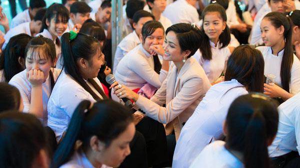 Hoa hậu hoàn vũ Việt Nam truyền cảm hứng cho nữ sinh Trà Vinh