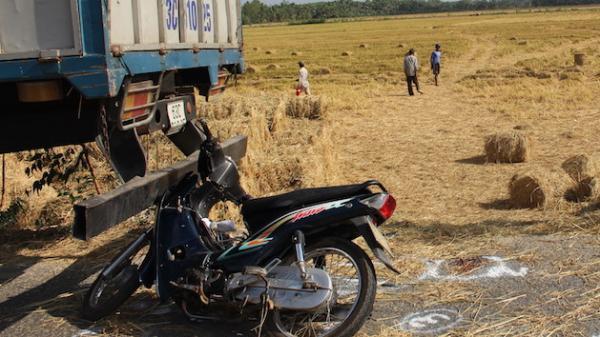 Một phụ nữ 33 tuổi tử vong sau khi tông vào đuôi xe tải do tài xế quê Trà Vinh điều khiển