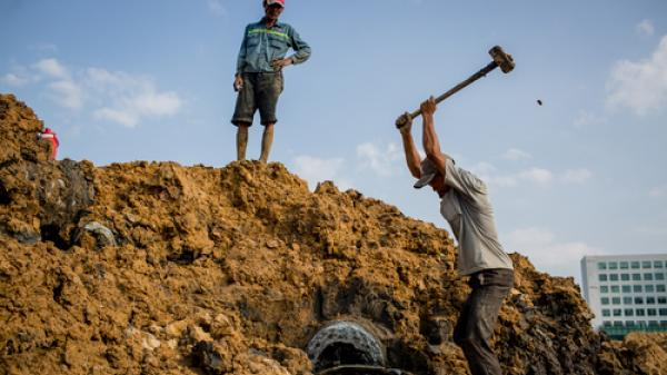 Theo chân những người lao động nghèo quê Trà Vinh đi làm nghề mót phế liệu trên công trường Khu đô thị Thủ Thiêm