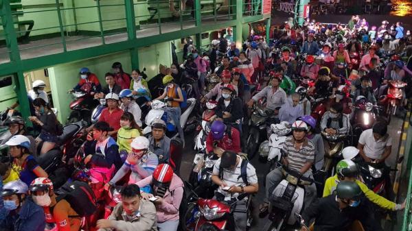 Hàng nghìn người đổ về sau kỳ nghỉ, cửa ngõ Sài Gòn 'nhích từng mét'