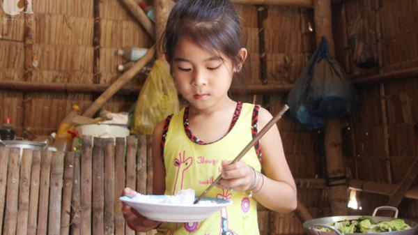 Trà Vinh: Bé gái 6 tuổi bị bố bỏ rơi vì không phải con trai đã được đi học, có tiền chăm mẹ tật nguyền nhờ sự giúp đỡ của cộng đồng