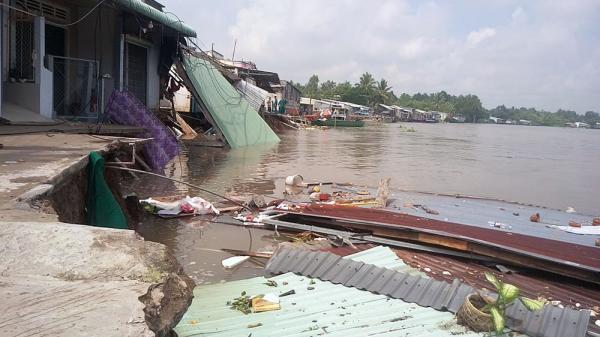 Miền Tây: Hoảng sợ nhìn 5 căn nhà đổ ầm xuống sông, dân tháo chạy tán loạn
