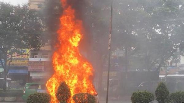 TP.HCM: Ô tô đang chạy phừng cháy trên đường Trường Chinh