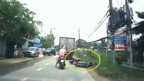 Clip: Hai mẹ con suýt bỏ mạng vì xe tải vượt ẩu ở TP.HCM