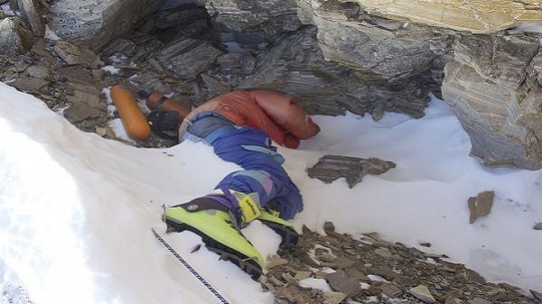 Câu chuyện của Giày Xanh - xác c.hết nổi tiếng nhất trên đỉnh Everest, cột mốc chỉ đường cho dân leo núi