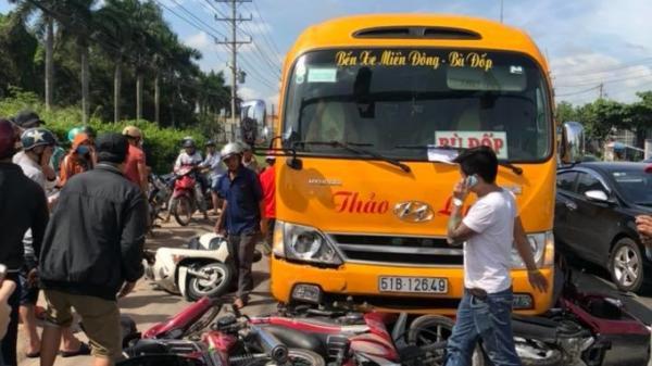 Ô tô 'điên' tông hàng loạt xe dừng đèn đỏ khiến nhiều người bị thương nặng