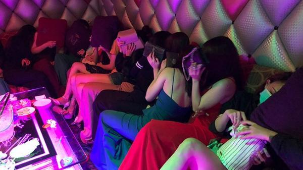 TP.HCM: Tiếp viên 'karaoke ôm' vứt dép bỏ chạy vào phòng bí mật trốn