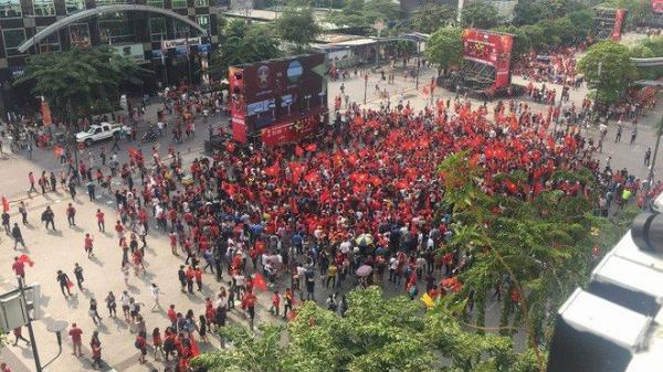 11 màn hình cỡ lớn đặt dọc phố đi bộ Nguyễn Huệ phục vụ người Sài Gòn xem World Cup