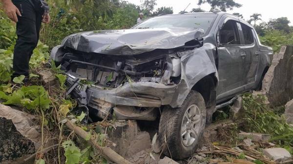 Nghệ An: Xe bán tải đâm đổ cột điện, 4 người bị thương