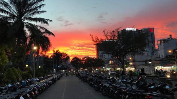 Ảnh 'hoàng hôn đỏ lửa' giữa Sài Gòn gây sốt mạng xã hội