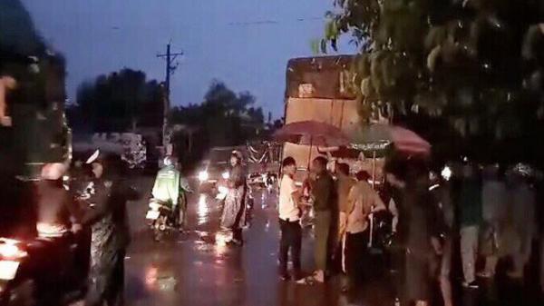 Chạy lên vỉa hè tránh mưa, thanh niên va vào xe tải tử vong thương tâm