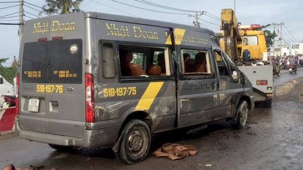 Gần chục người kêu cứu trong ôtô khách bị lật ở Sài Gòn