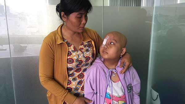Trà Vinh: XÓT XA Nhìn cảnh cô bé uống thuốc nhiều hơn ăn cơm, tính mạng ung thư bị đe dọa