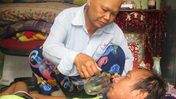 Xót xa người vợ ung thư rụng hết tóc, ước mong ngày cuối đời có một bữa no cùng chồng bại liệt