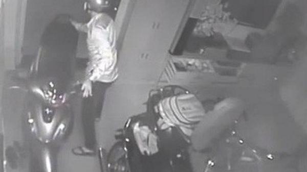 Clip: Quên khóa cửa sau khi xem World Cup, nhà đại gia Sài Gòn bị trộm đột nhập dắt 3 xe máy và dàn loa trị giá gần 300 triệu