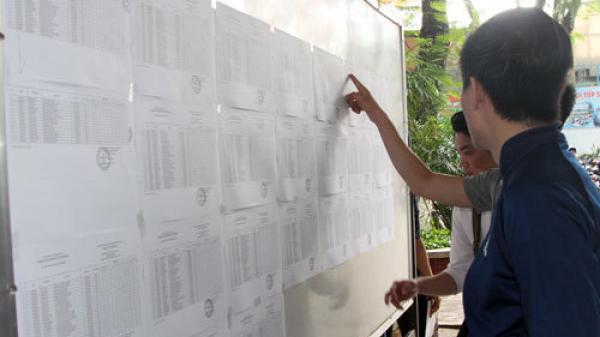 Cán bộ điểm thi ở Sài Gòn mua quần dài cho nam sinh