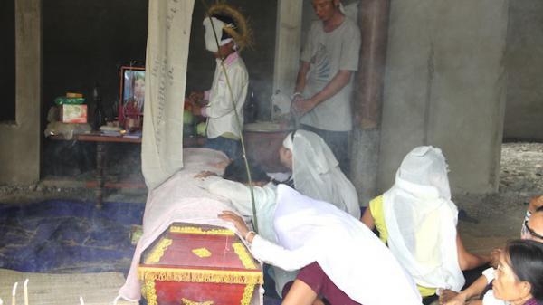 Đám tang đẫm nước mắt của các nạn nhân bị điện phóng tử vong khi đang chôn cột cáp viễn thông