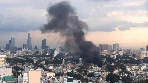 Khói lửa bốc lên từ nóc cửa hàng khô bò ở Sài Gòn