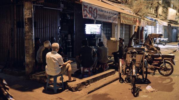 World Cup ở Sài Gòn dễ thương như cách chú Ba đem ti vi ra vỉa hè cho người lao động cùng xem
