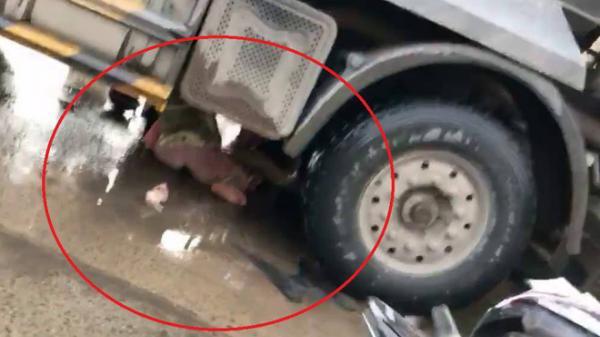 CLIP sốc: Giây phút thoát chết thần kỳ của 2 cô gái bị cuốn vào gầm xe tải