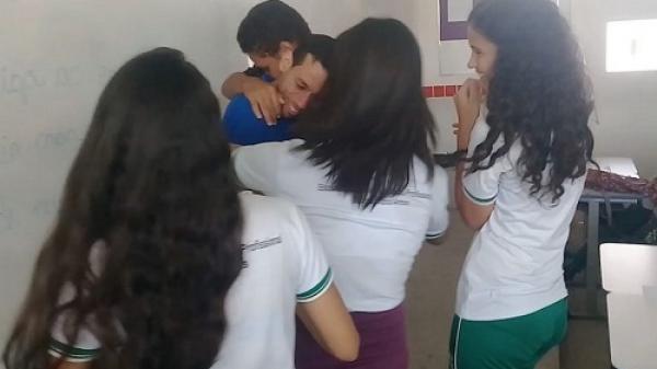 Bị nợ lương, thầy giáo bật khóc khi học sinh gom tiền tặng