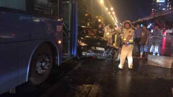 Xe buýt tông nát ô tô, nhiều hành khách hoảng loạn kêu cứu, xa lộ Hà Nội ùn ứ kéo dài
